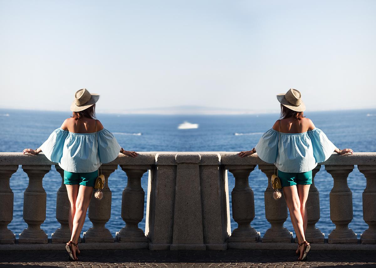 Un top a spalle scoperte blu come il mare